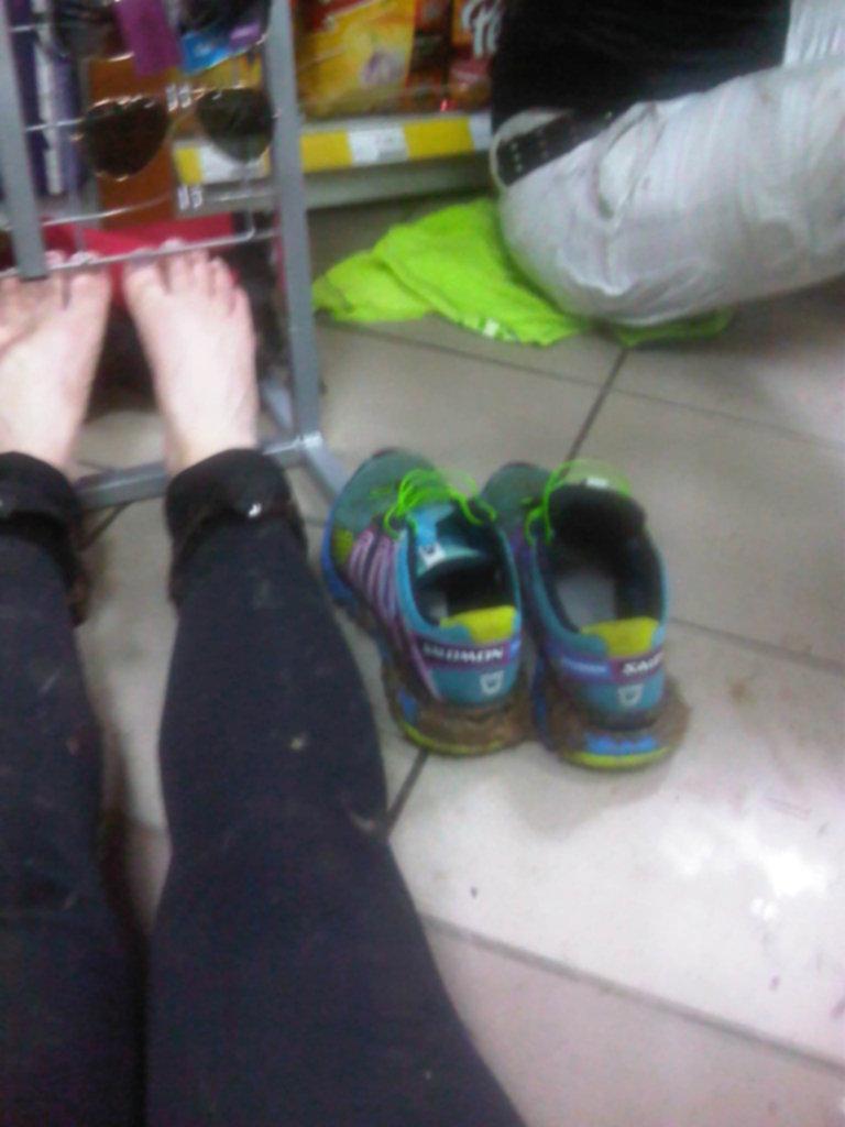 stacja benzynowa- pierwsze ściąganie butów