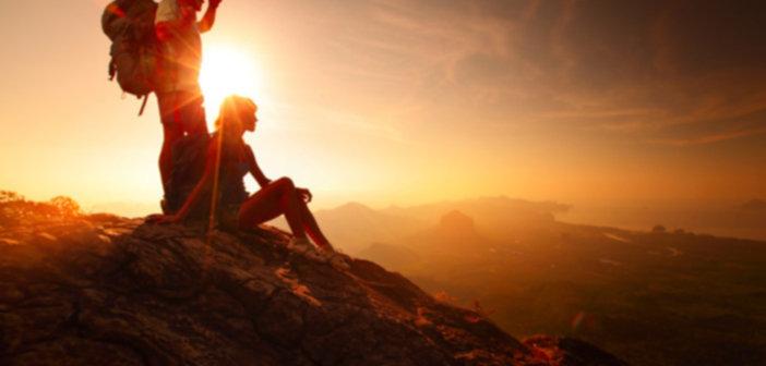 bigstock two hikers enjoying sunrise fr 47984294 702x336 - Jaki plecak w góry wybrać?