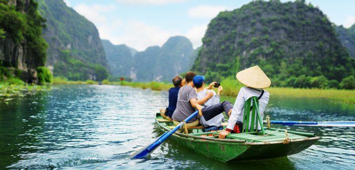 wycieczka do wietnamu 103109417 702x336 - Rajskie plaże Wietnamu, które warto odwiedzić